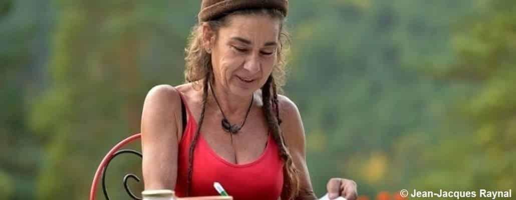 Une femme qui note la rotation de ses cultures dans un carnet