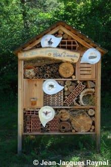 Hôtel à insectes avec différents trous et matériaux