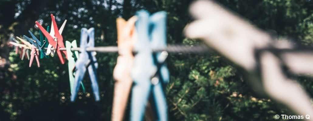 Des pinces à linge accrochées à un fil tendu dehors