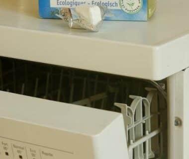 Lave-vaisselle entrouvert