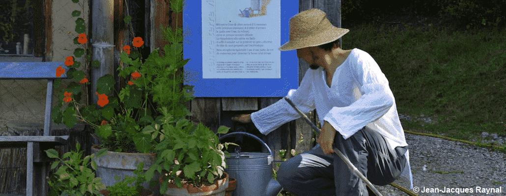 Jardinier qui récupère l'eau de pluie stockée
