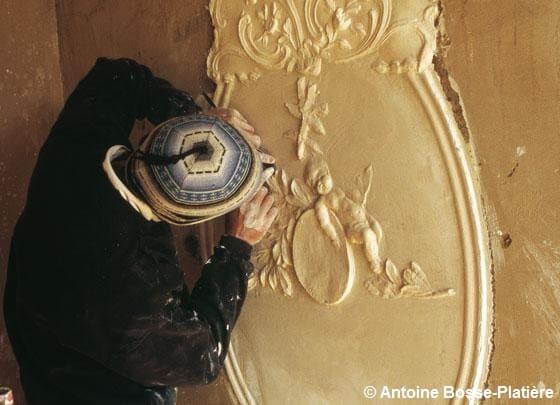 Un homme entrain de travailler le plâtre