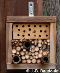 """Hôtel à insectes avec différents trous, fabriqué à partir d'un montant """"Sten fixe"""""""