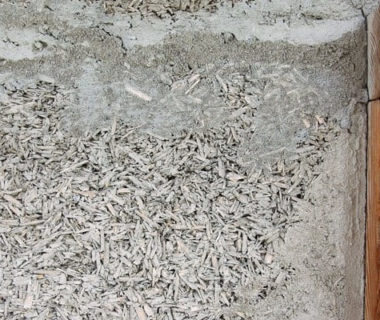 Gros plan sur un mur fait en briques de chanvre