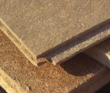 Empilement de plaques d'isolants en fibre de bois : excellent isolant sous toiture pour éviter les surchauffes