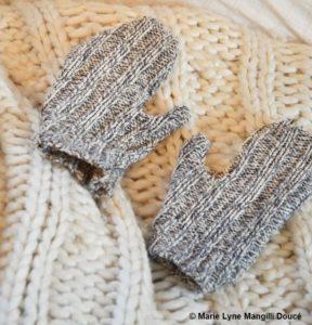 Une paire de gants gris maison