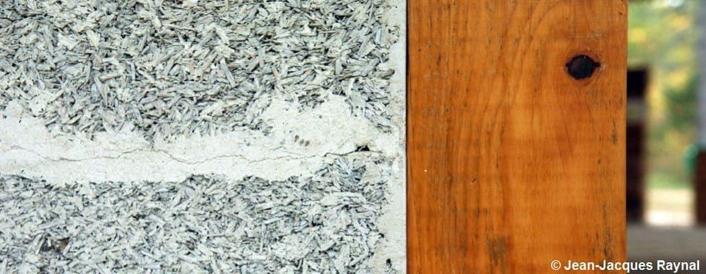 Gros plan sur des briques de chanvre avec une ossature bois