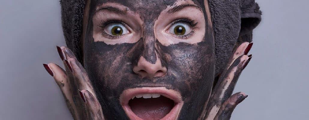 Masque foncé sur le visage