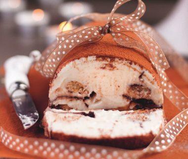 Photo d'une bûche chocolat-vanille-coco coupée