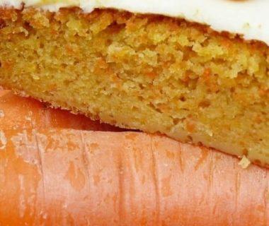 Gâteau à la carotte disposé sur des carottes