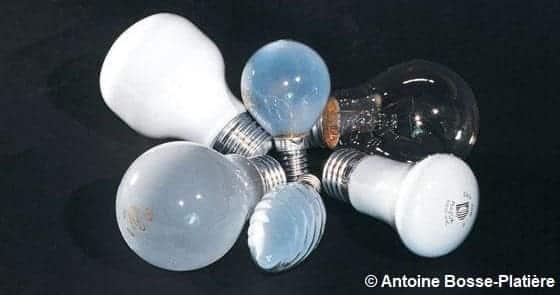 Diverses ampoules sur fond noir