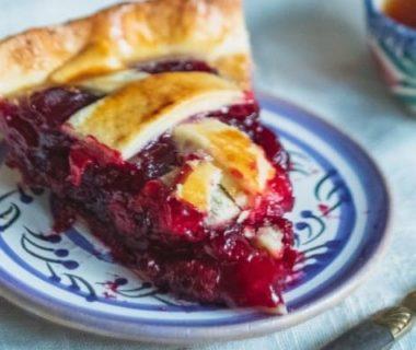 Une part de tarte aux figues dans une assiette