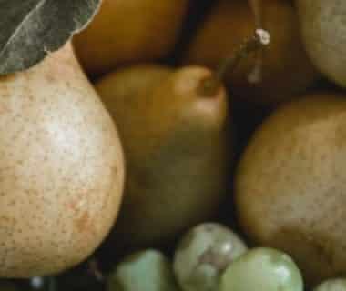 Des poires et du raisin dans un saladier