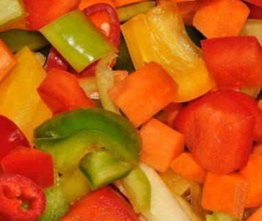Petits dés de légumes colorés (tomates, concombres, etc)