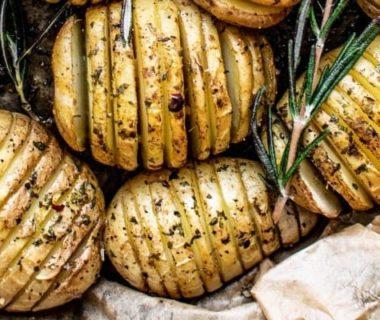Des pommes de terre tranchées en rondelles
