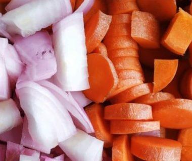 Rondelles de carottes à droite et morceaux d'oignon à gauche