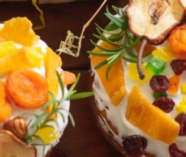 Vue en plongée de deux petits desserts à la crème avec des morceaux de fruits (abricots, poires...)