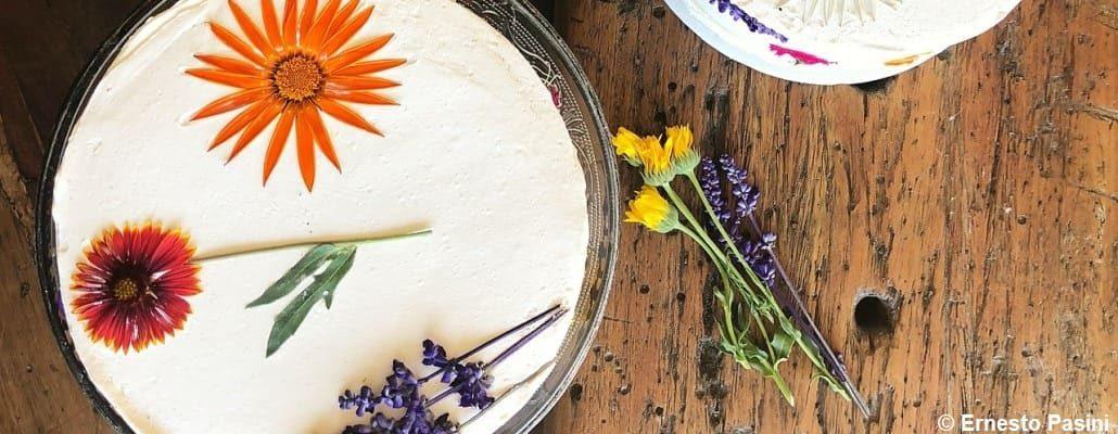 Vue en plongée sur un gâteau avec de la crème et des fleurs sur le dessus