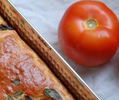 Gâteau salé aux légumes et petites tomates juste à côté