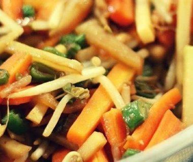 Bâtonnets de légumes dans un plat