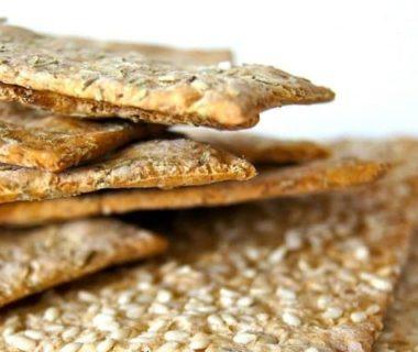 Petits biscuits superposés aux graines de sésame