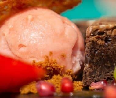 Dessert gourmand dans une assiette : brownie, crème glacée à la fraise