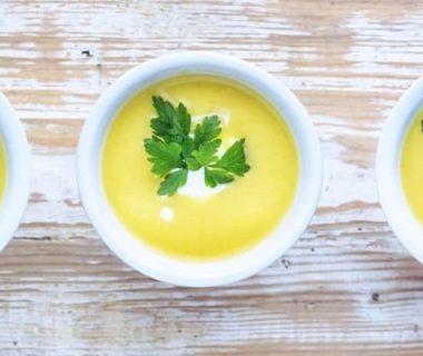 Vue en plongée sur trois bols de soupe aux poireaux et pommes de terre