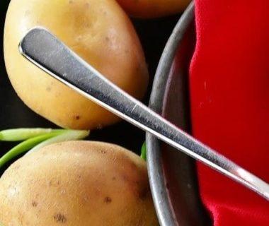 Des pommes de terre et un bol de soupe à droite
