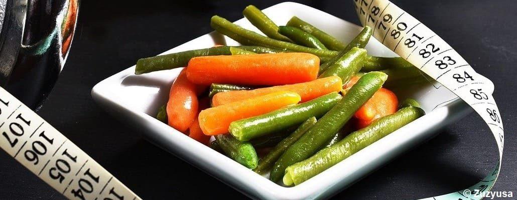 Petite assiette avec des haricots et de la carotte