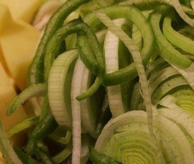Pommes de terre et poireaux coupés en morceaux
