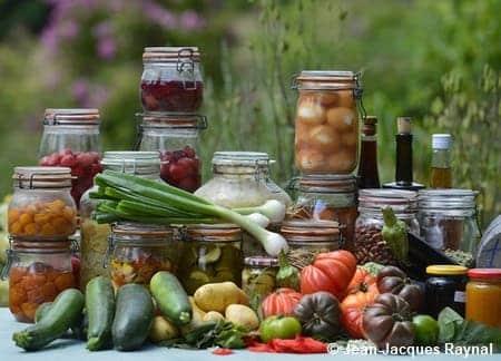 Fruits en bocaux et légumes du jardin