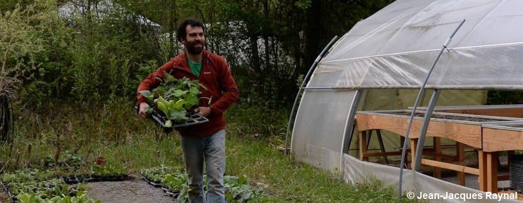 Pascal Aspe qui transporte des plants à côté de la pépinière