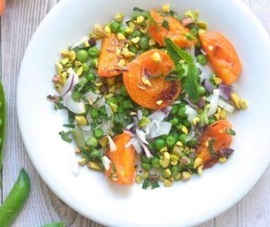 Salade d'abricots rôtis aux petits pois, menthe et pistache
