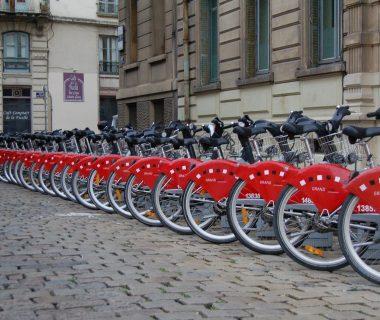 Vélos, trottinettes, voitures, scooters : les transports partagés en expansion en Europe